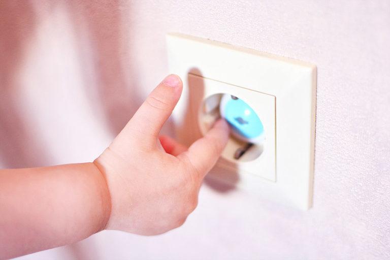 Haus kindersicher machen Tipps - Steckdose