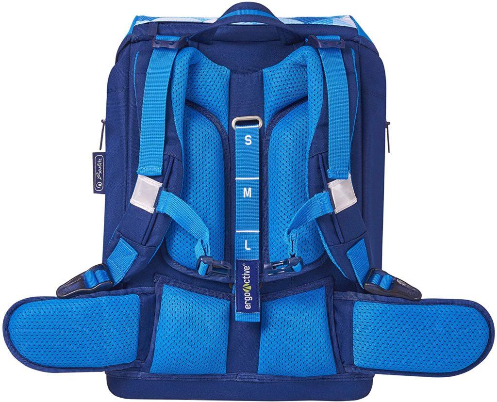 Rückseite des blauen Schulranzens (Schulter- und Brustgurte sowie Rückenpolster)