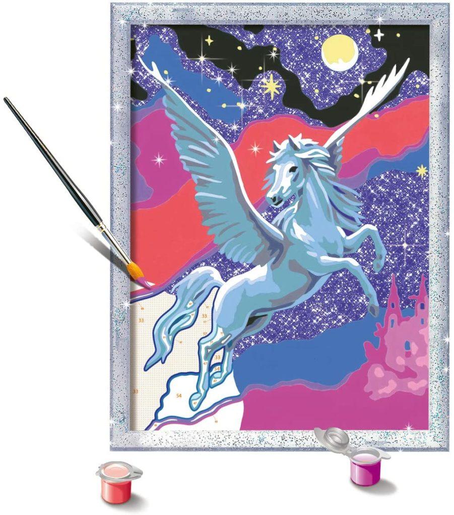 Ausgemalte Malen nach Zahlen Vorlage mit grauem Pegasus. Dazu Pinsel und Farbe
