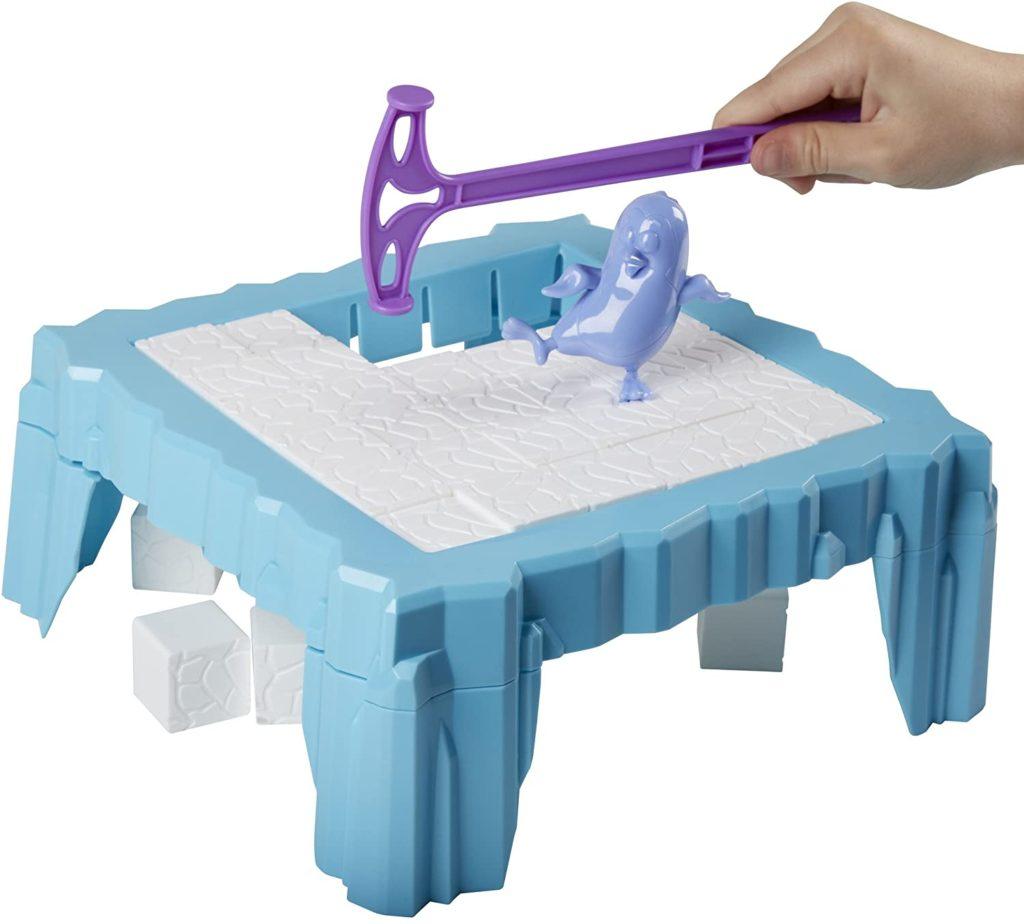 Spieltafel aus Eiswürfel mit Pinguin und Hammer