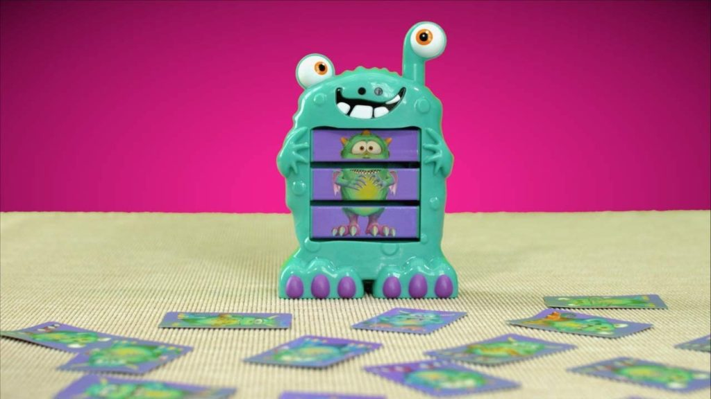 Monster mit integriertem Bildschirm und Spielkarten