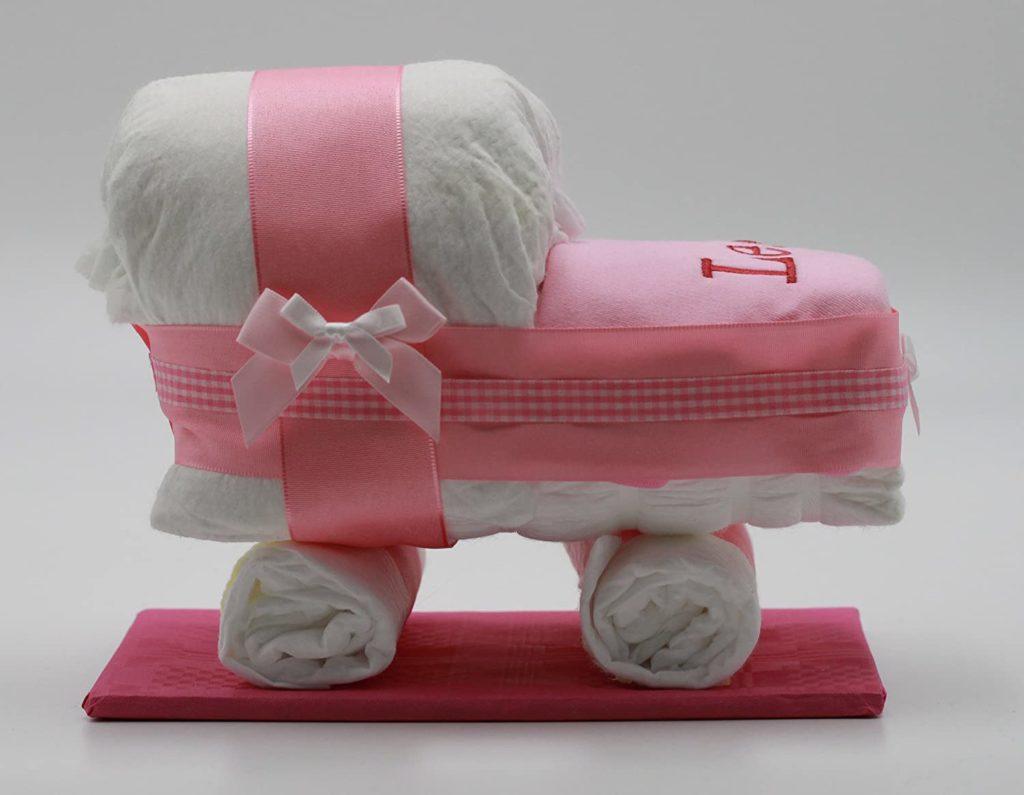 Weiß-pinke Windeltorte in Form eines Wagens