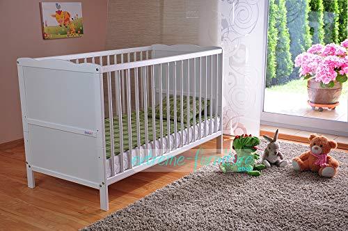 Weißes Gitterbett steht in Kinderzimmer