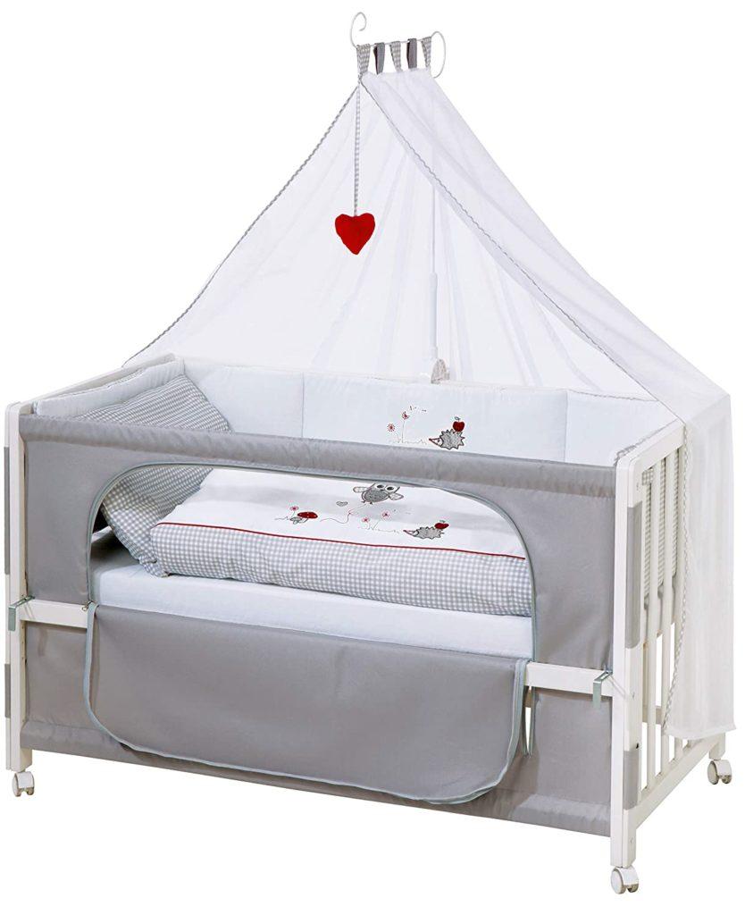 Weißes Bett mit grauem Rausfallschutz